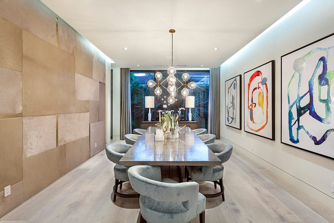 Luxury Modern Dining Room With Smart Bulb Chandelier